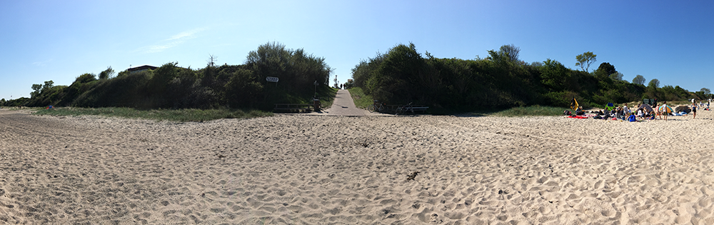 Strand satt mit flachem Wasserzugang